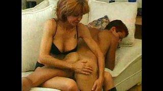 ام تسخن ابنها و هو نائم و تحتك به حتى تهيجه و ينيكها في كسها أنبوب ...